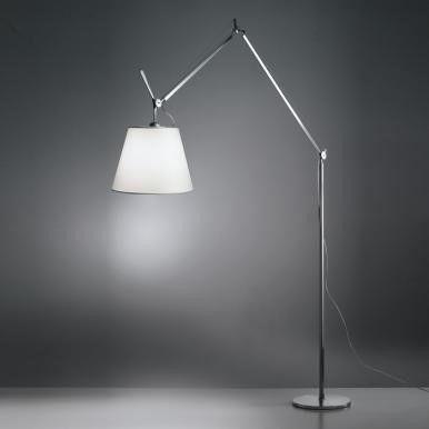 srebrna lampa podłogowa z białym abażurem