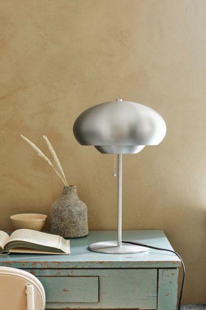 srebrna lampa stołowa futurystyczna