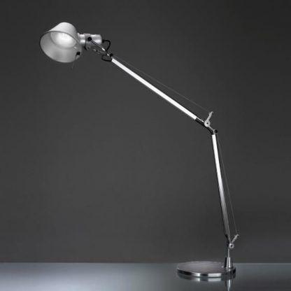 srebrna lampa stołowa z małym kloszem