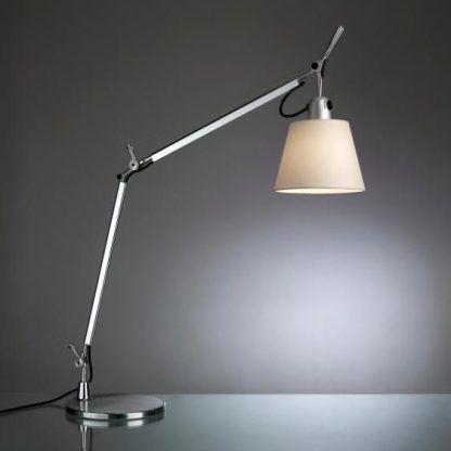 srebrna lampa z regulowaną podstawą stabilna