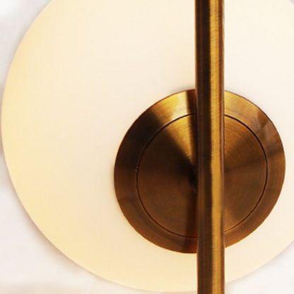 szklana lampa na złotej podstawie nowoczesna