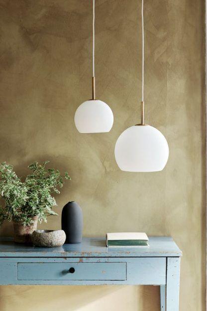 szklane lampy na miodowej ścianie aranżacja