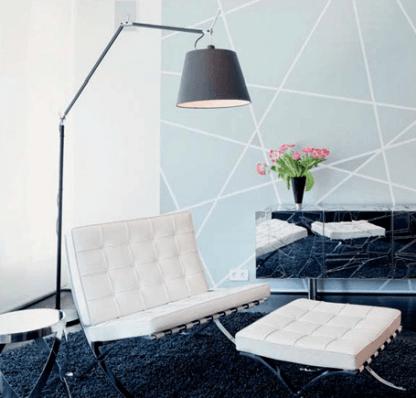wysoka lampa podłogowa z abażurem salon