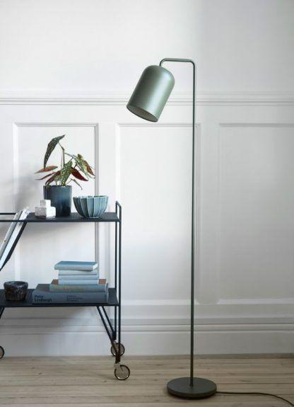zielona lampa podłogowa w salonie aranżacja