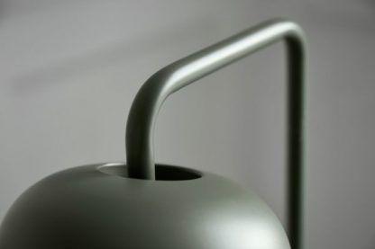 zielona lampa z metalowym kloszem