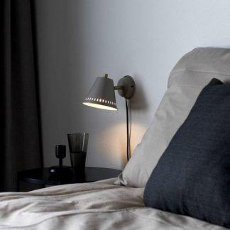 Kinkiet Pine nad stolik nocny w sypialni