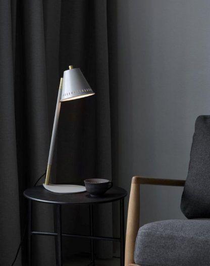 Lampa stołowa Pine do nowoczesnego gabinetu