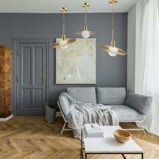 Lampa wisząca Jupiter nad strefą relaksu w salonie