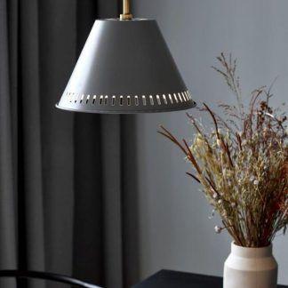 Lampa wisząca Pine nad fotel w salonie