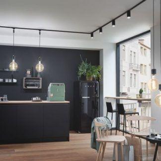 Sufitowy spot Tube nad nowoczesny aneks kuchenny