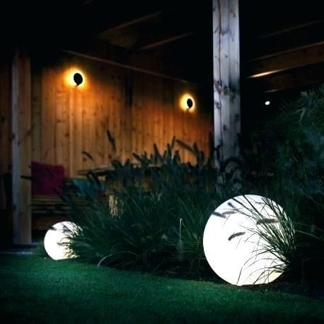oświetlenie ogrodu kolory światła