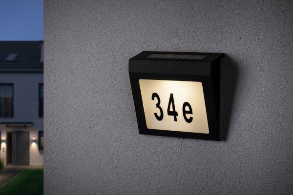 solarny kinkiet z numerem domu