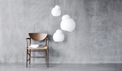 Lampa wisząca Air M nad fotel w salonie