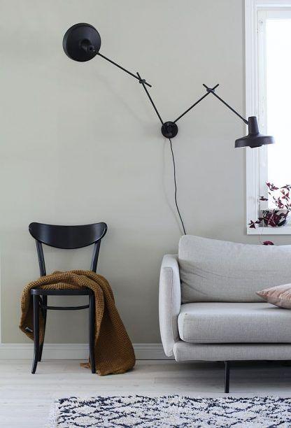 Kinkiet Arigato Double nad sofę w salonie