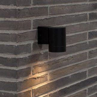 Czarny kinkiet Tin Maxi jako oświetlenie schodów