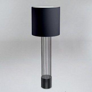 Lampa IHI do postawienia przy sofie w salonie