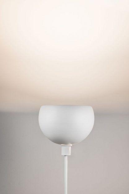 Lampa podłogowa Gambia - biała obok fotela