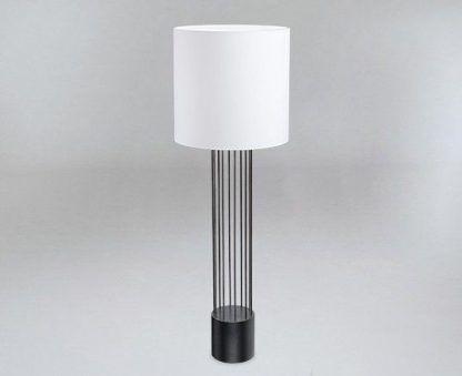 Lampa podłogowa IHI na stolik w salonie