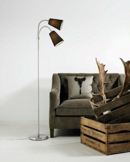 Lampa podłogowa Lelio do salonu obok sofy