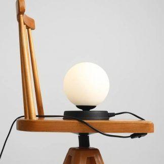 Lampa stołowa Ball na stolik w salonie