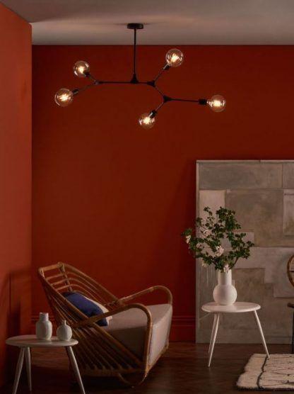 Lampa wisząca Euphemia nad fotel w salonie