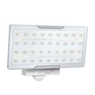 Naświetlacz XLED PRO WIDE XL B jako oświetlenie działki