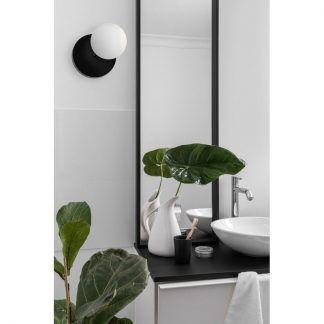 Kinkiet Refa jako doświetlenie lustra w łazience