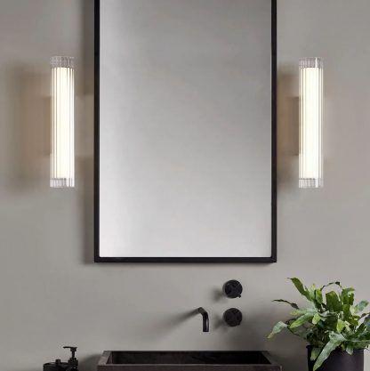 Szklany kinkiet io 420 obok lustra w łazience