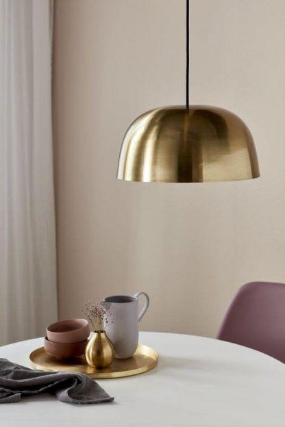 Złota lampa wisząca Ebora nad stolik w salonie