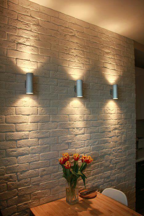 podświetlenie ściany kinkietami